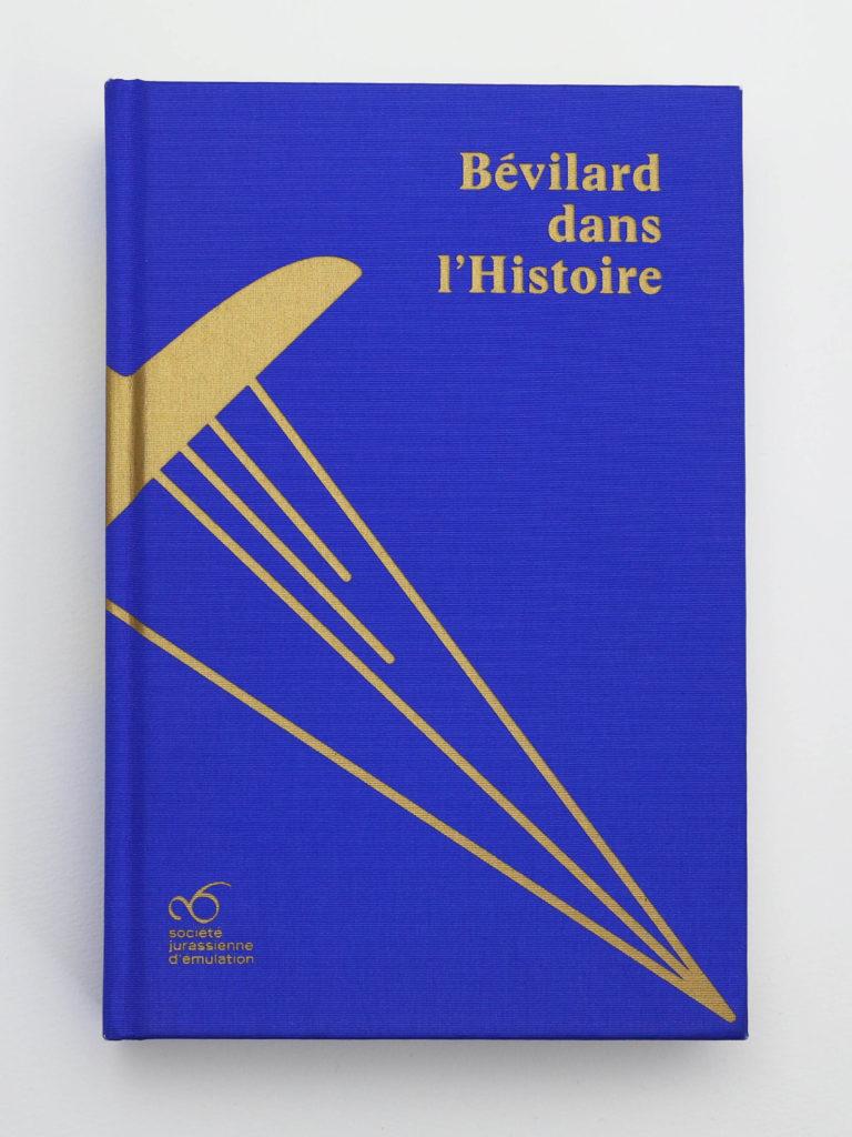 Couverture toilée avec sérigraphie de couleur or appliquée. La toile est de couleur bleu roi et la dague, issue des armoiries de Bévilard est imprimée dessus.