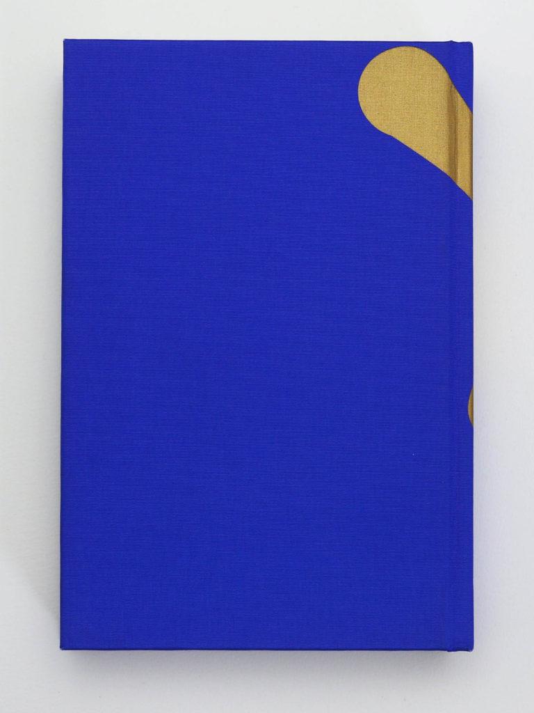 Verso de la couverture du volume Bévilard dans l'Histoire. Couverture rigide recouverte de toile bleu nuit avec une sérigraphie de couleur or.