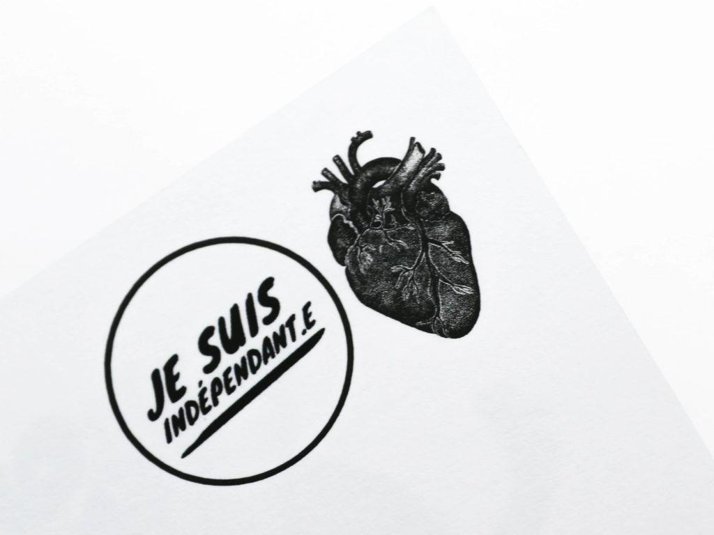 Détail du verso des cartes postales illustrées pour le podcast Je suis indépendant-e de Lateatita Wider, emplacement du timbre avec le cœur emblème de Ludivine Cornaglia