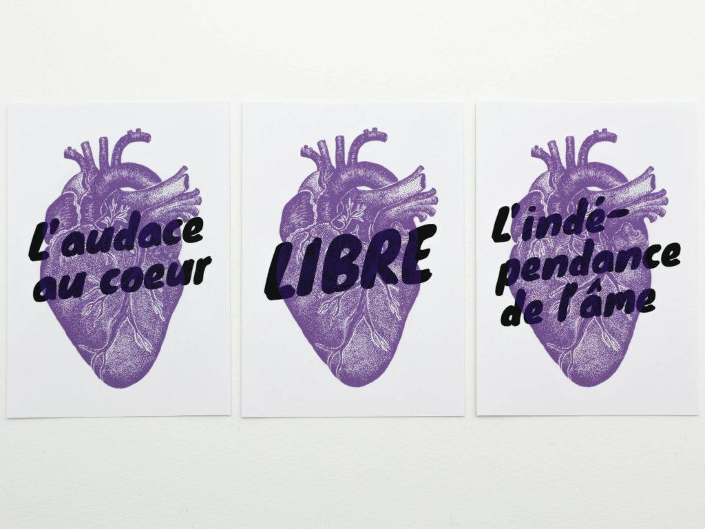 Les trois cartes postales illustrées pour le podcast Je suis indépendant-e de Laetita Wider. Les phrases suivantes, L'audace au cœur, LIBRE et L'indépendance de l'âme, sont en superposition avec le cœur emblème de Ludivine Cornaglia. Les couleurs sont noires et violettes sur papier blanc.