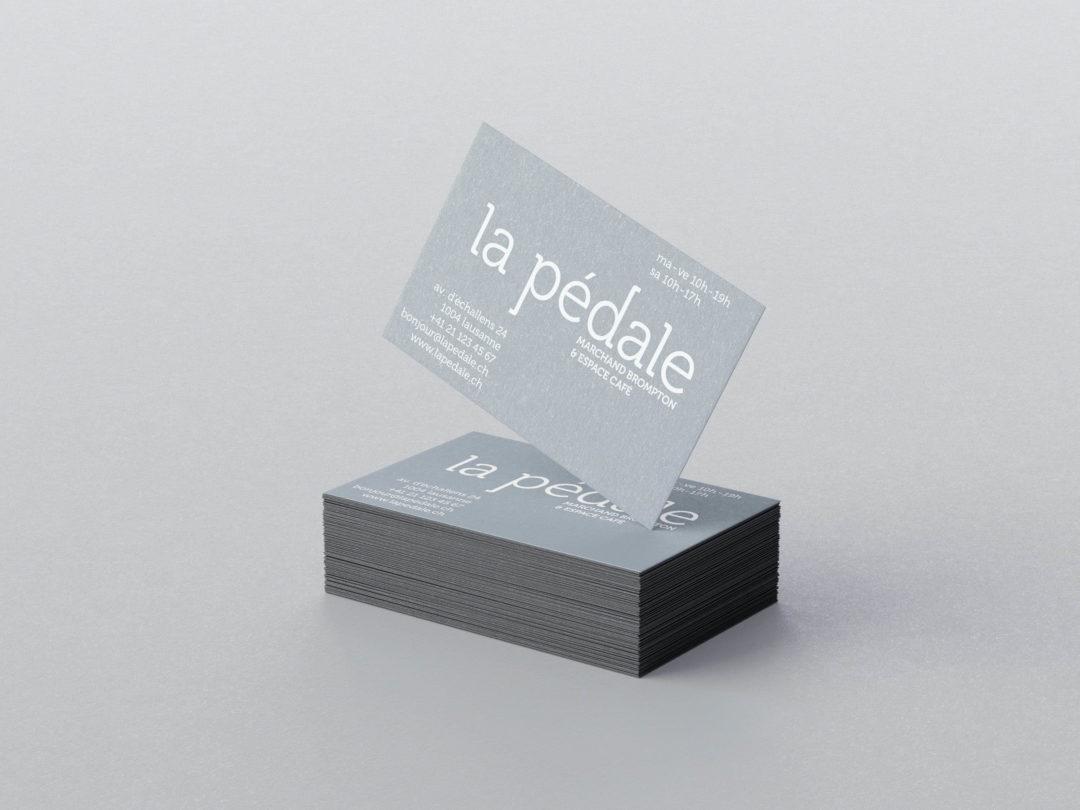 Cartes de visite de la Pédale, marchand de vélos Brompton à Lausanne. Identité visuelle avec logo et supports gris métallisé.
