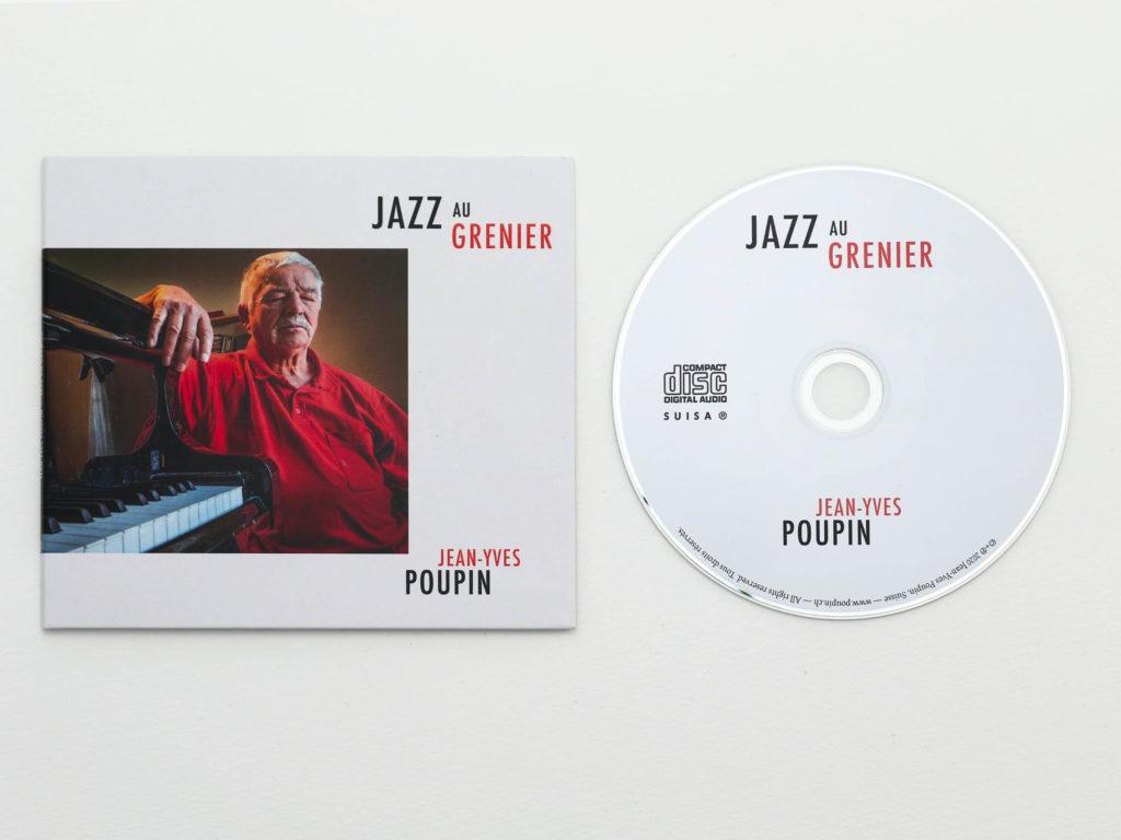 Couverture d'album de Jazz au Grenier de Jean-Yves Poupin avec CD. Composition graphique minimaliste. Couverture d'album avec une photographie de l'artiste. Rondelle du CD avec composition typographique minimaliste.