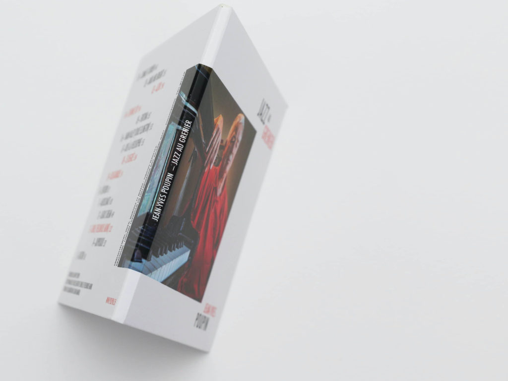 Tranche de la couverture d'album de Jazz au Grenier de Jean-Yves Poupin. Lettres blanches par dessus le débordement de la photographie de Yves Meylan.