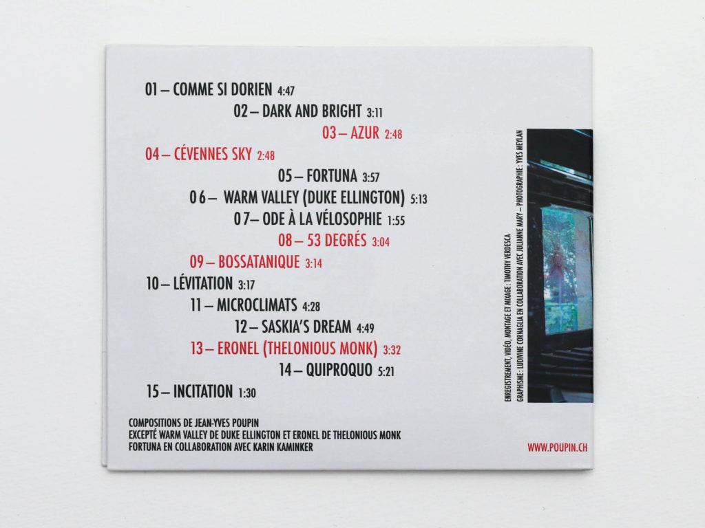 Verso de la couverture d'album de Jazz au grenier de Jean-Yves Poupin. Composition typographique asymétrique avec une alternance de titres en rouge ou en noir.