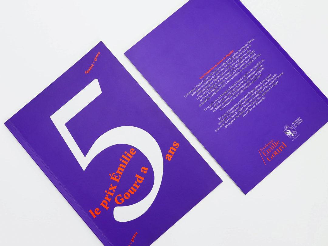 Brochure Prix Emilie Gourd — brochure commémorative, première et quatrième de couverture. La brochune est dans un Pantone violet avec un Pantone orange en couleur complémentaire. Un immense 5 (pour les 5 ans du Prix) figure au milieu de la page de couverture de la brochure. Sur le verso de la couverture, un bref résumé est écrit et les logos de la Fondation Emilie Gourd et de la Répipublique et Canton de Genève figurent.