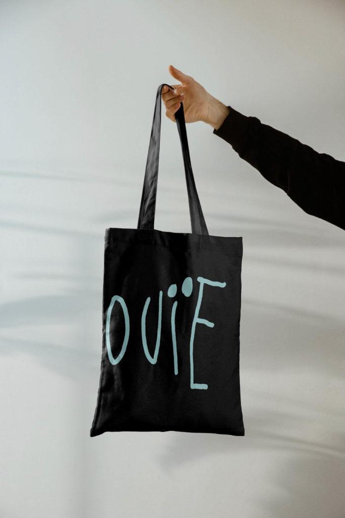 Tote bag pour Inouïe, agence pour artistes, avec le logo décliné sur les deux faces du sac de toile